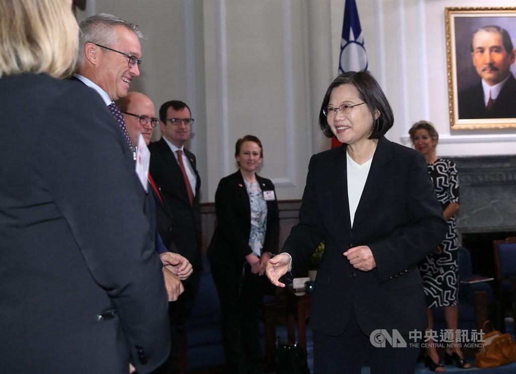 President Tsai Ing-wen (蔡英文, right)