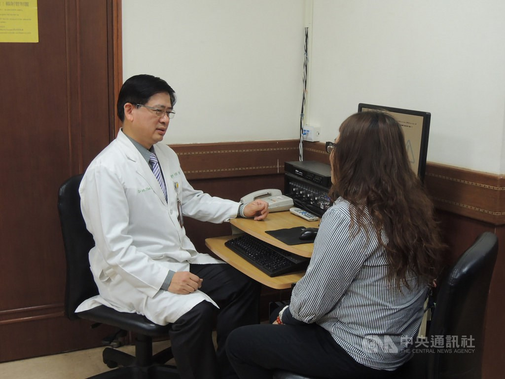 Lee Chun-te (left), head of the Division of Psychiatry at Chung Shan Medical University Hospital