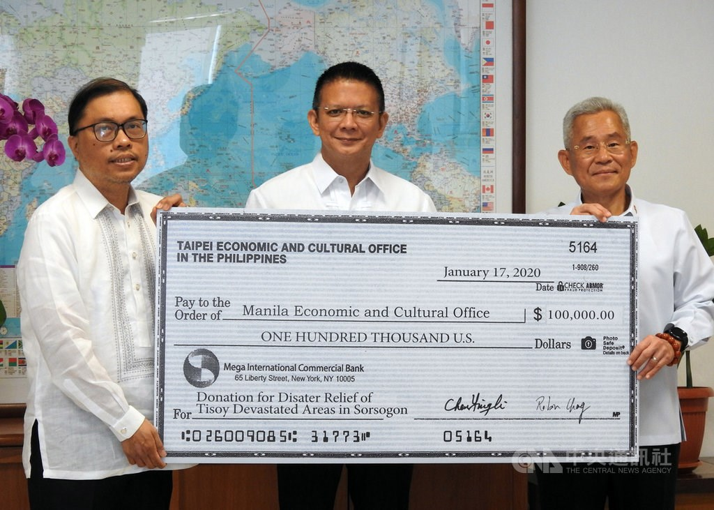 (From right to left): Representative to the Philippines Michael Hsu (徐佩勇), Sorsogon Governor Francis Escudero, and Gilberto Lauengco, vice chairman of the Manila Economic and Cultural Office.