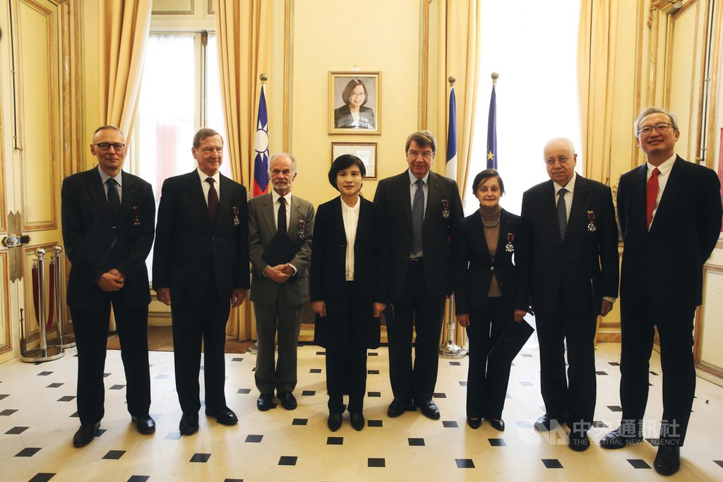 (From left to right): Pierre Charau, Pierre Delvolvé, Daniel Andler, Culture Minister Cheng Li-chiun (鄭麗君), Xavier Darcos, Marianne Bastid-Bruguière, Jean-Robert Pitte, and Taiwan