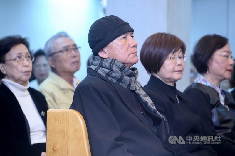 Lin Yi-hsiung (林義雄, center)