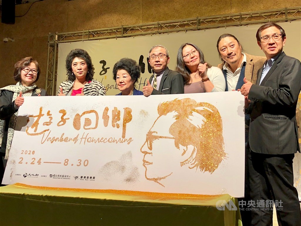 Stephen Hsiao (蕭傑文, second right) and National Center for Traditional Arts director Chen Chi-ming (陳濟民, center)