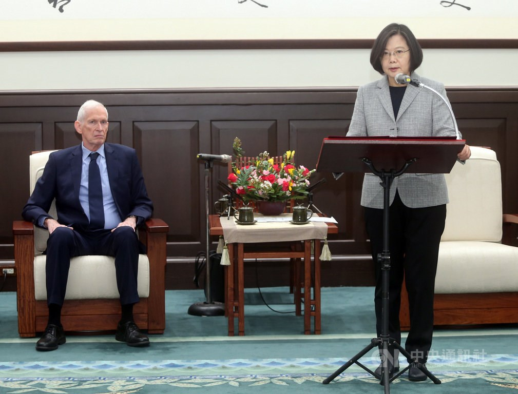 President Tsai Ing-wen (蔡英文, right) and visiting American Institute in Taiwan (AIT) Chairman James Moriarty at the Presidential Office on Thursday.