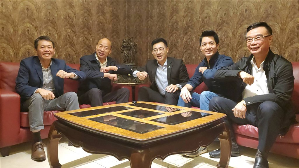 Kaohsiung Mayor Han Kuo-yu (second left) and Kuomintang Chairman Chiang Chi-chen (center)