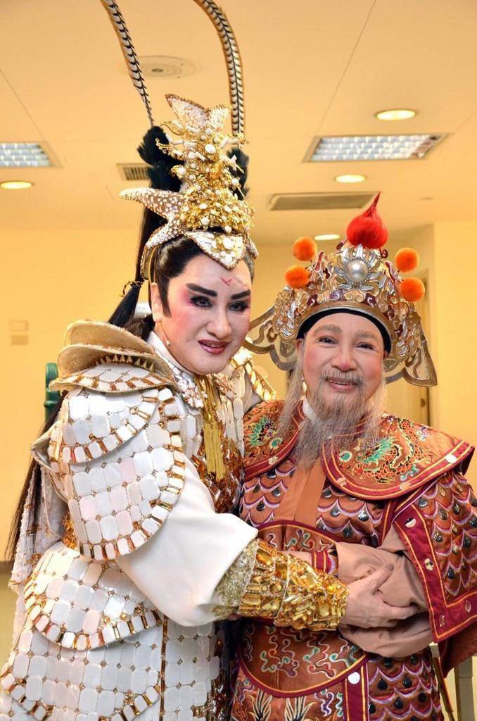 Taiwanese opera performers Yang Li-hua (楊麗花, left) and Hsiao Feng Hsien (小鳳仙, right) in costume. (Photo courtesy of Yang Li-hua Taiwanese opera troupe)