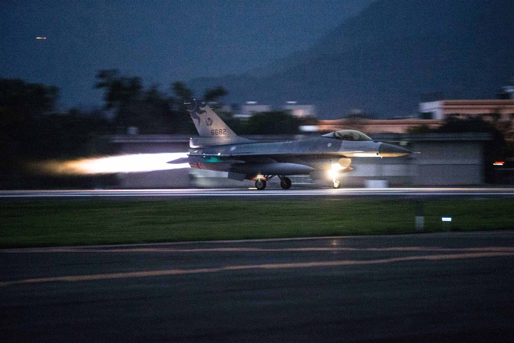 An F-16 Fighting Falcon scrambles to take off from Hualien Air Base on Tuesday. Photo courtesy of the Military News Agency.