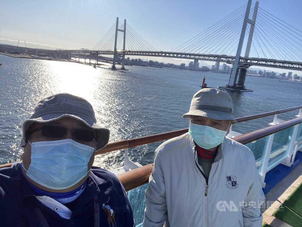Mai Chia-shuo (left) and Mai Wen-ta (right) on board the Diamond Princess (Photo courtesy of Mai Chia-shuo)