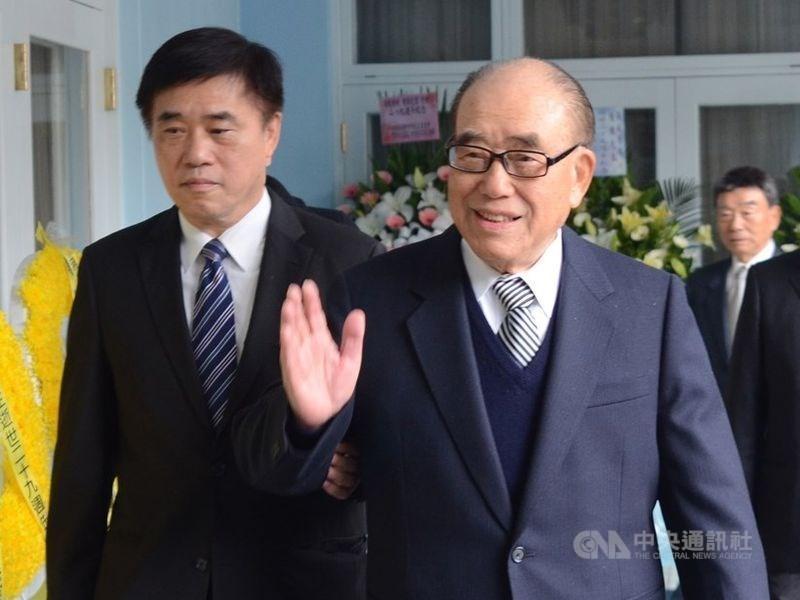 Former Premier Hau Pei-tsun (right) and his son Hau Lung-bin, CNA file photo