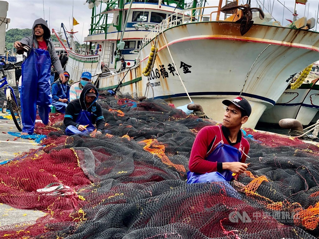 Filipino and Indonesian migrant fishermen mend fishing nets in Yilan / CNA photo for illustrative purposes only