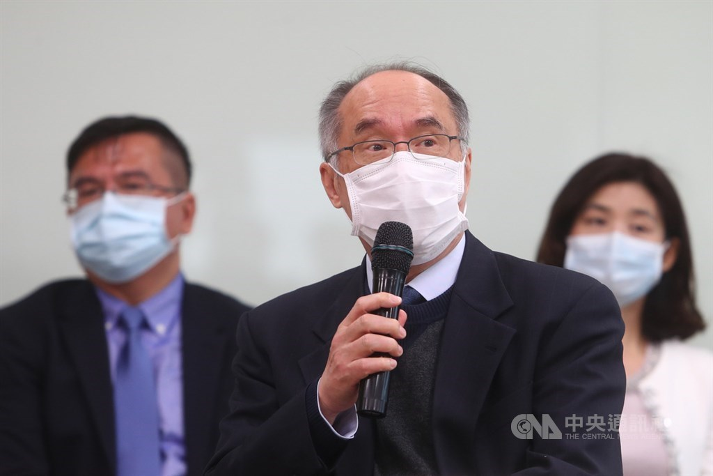 NHRI President Liang Kung-yee announces the prototype of a rapid diagnostic test for the COVID-19 coronavirus at a press conference on Wednesday.
