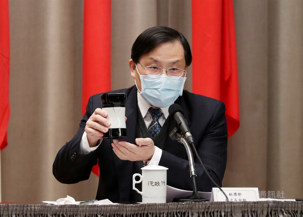 Vice Minister of Economic Affairs Lin Chuan-neng displays a prototype of the rapid diagnostic test at a press conference on Monday.