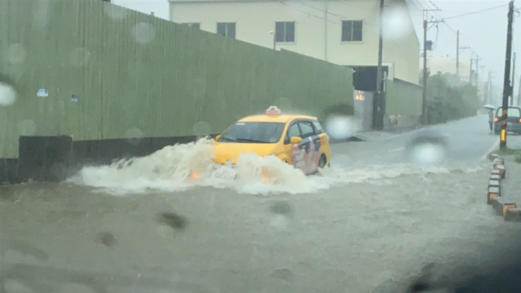 A taxi drives through flood water in Kaohsiung City Wednesday (photo courtesy of Kaohsiung Democratic Progressive Party Councilor Chiu Chun-hsien)