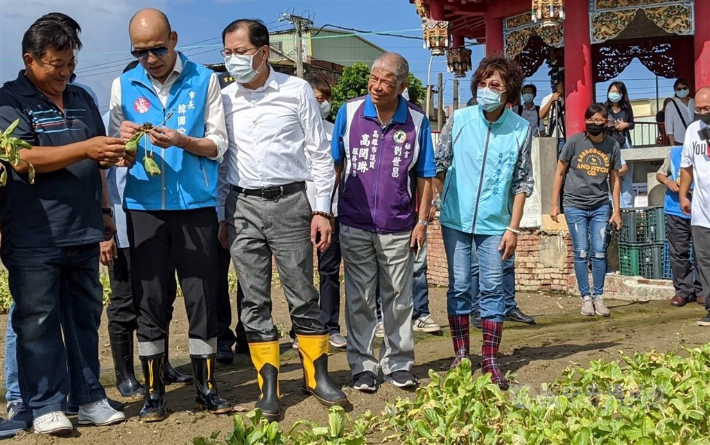 Kaohsiung Mayor Han Kuo-yu (second left) visits a local farm Saturday morning.