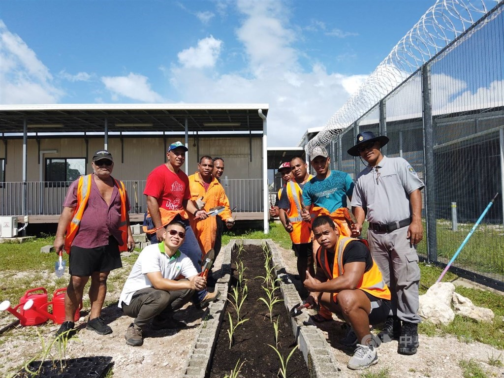 A member of the Taiwanese technical mission in Nauru poses for photo with participants of the penal farm project. Photo courtesy of ICDF.