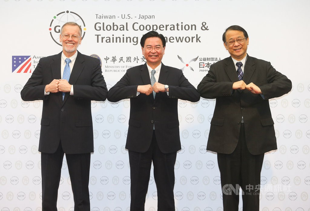 Minister of Foreign Affairs Joseph Wu (center), American Institute in Taiwan (AIT) Taipei Office Director Brent Christensen (left), and Hiroyasu Izumi, chief representative of the Japan-Taiwan Exchange Association.