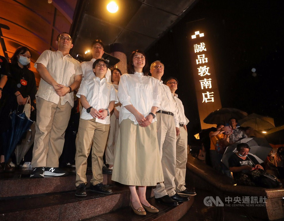 Eslite Chairwoman Mercy Wu (front, center)