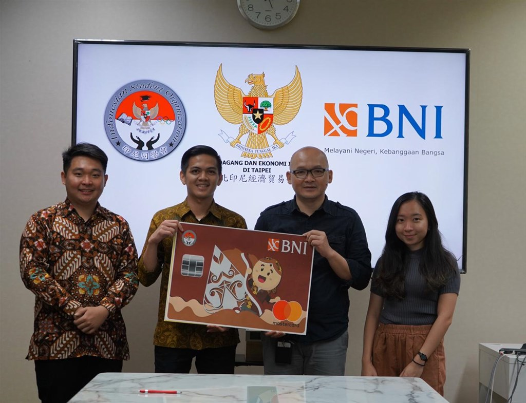 BNI representative in Taiwan M. Zaky Faishal (second left) and Fajar Nuradi (second right), director of the Indonesian Citizens Protection and Social Cultural Department at the Indonesian Economic and Trade Office (IETO) in Taipei / Photo courtesy of Bank Negara Indonesia (BNI)