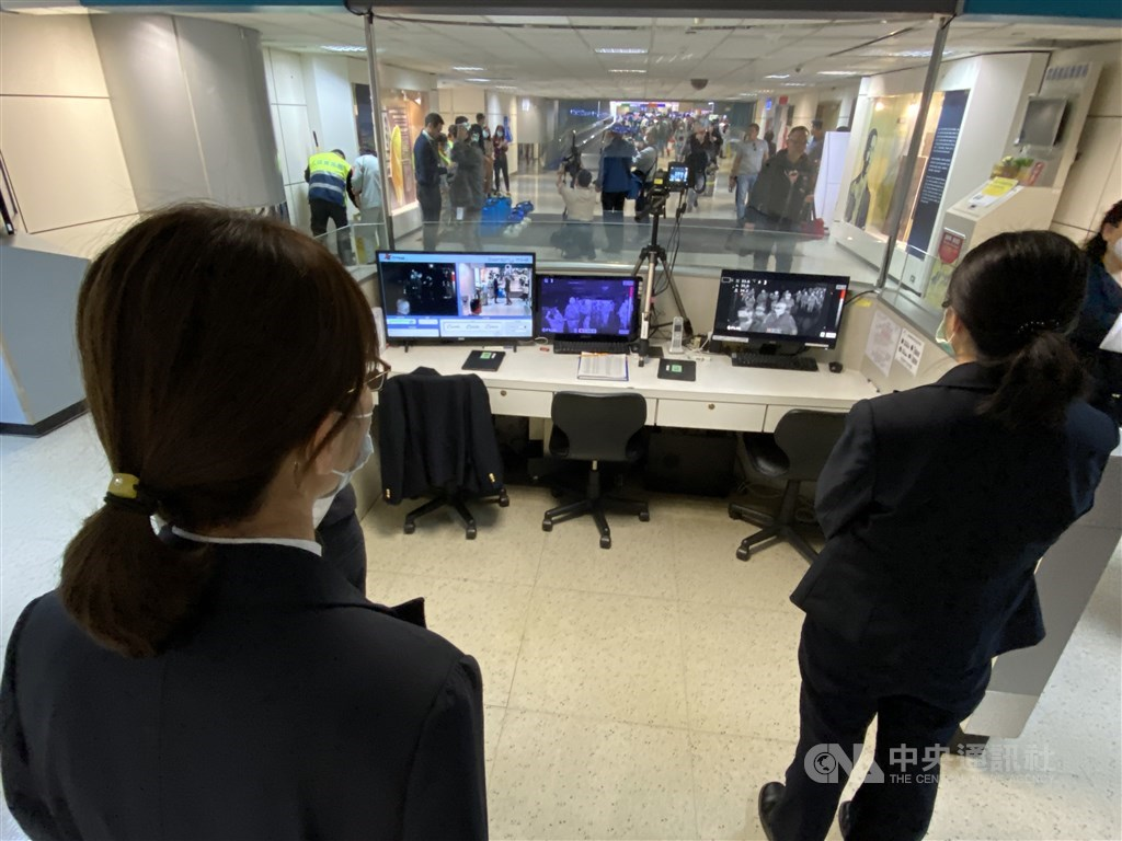 Temperature screening by health officials at Taiwan Taoyuan International Airport / CNA file photo