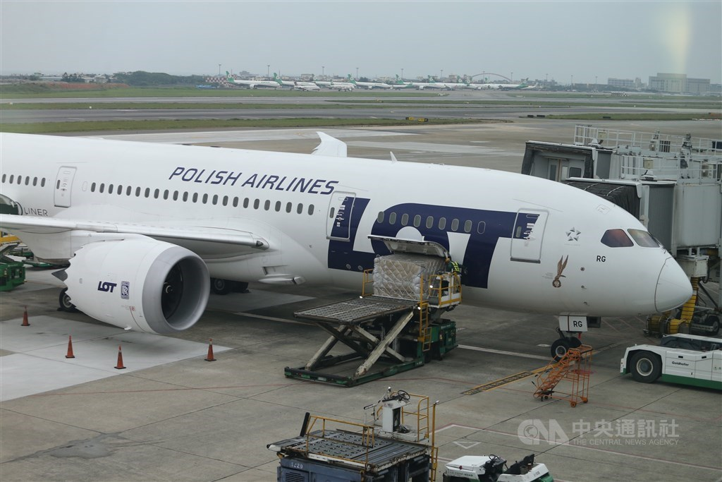 An LOT Polish Airlines aircraft carries out a special cargo flight at Taiwan Taoyuan International Airport on April 23. / CNA file photo