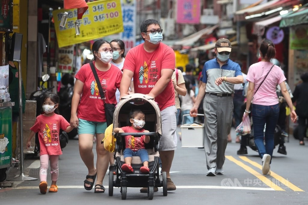 Visitors flock to Tamsui old street. CNA file photo