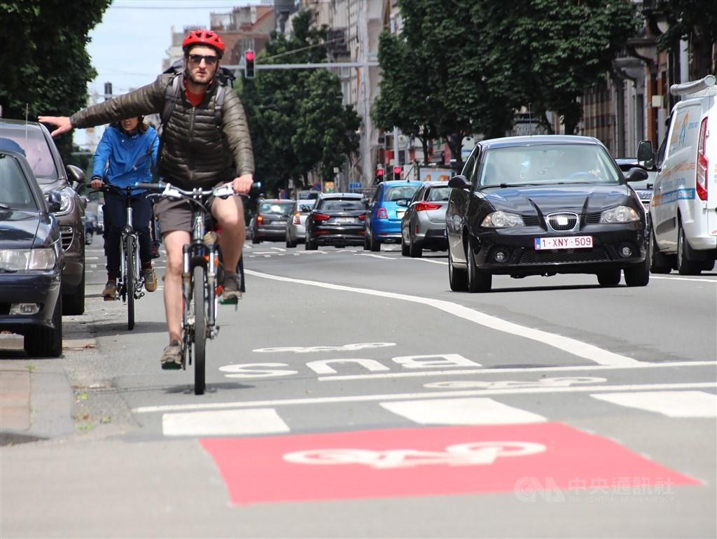 Bike riders in Brussels. / CNA photo June 6, 2020