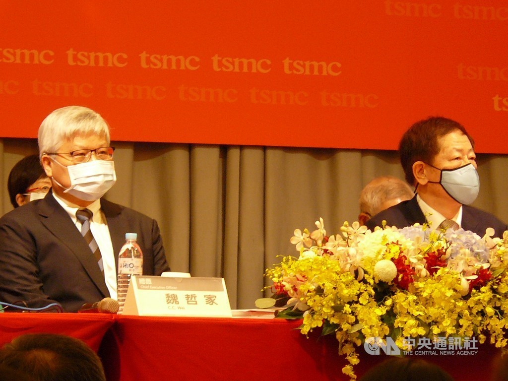 TSMC Chairman Mark Liu (劉德音, right) / CNA photo June 9, 2020