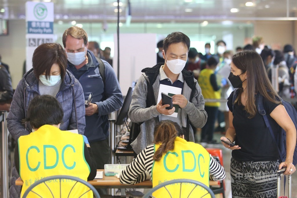 Taiwan CDC officials screen arriving passengers at Taiwan Taoyuan International Airport. / CNA file photo