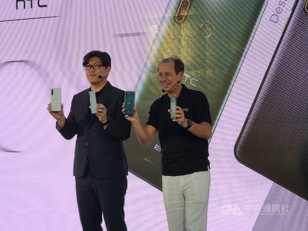 HTC CEO Yves Maitre (right) and Darren Chen, head of HTC Taiwan.
