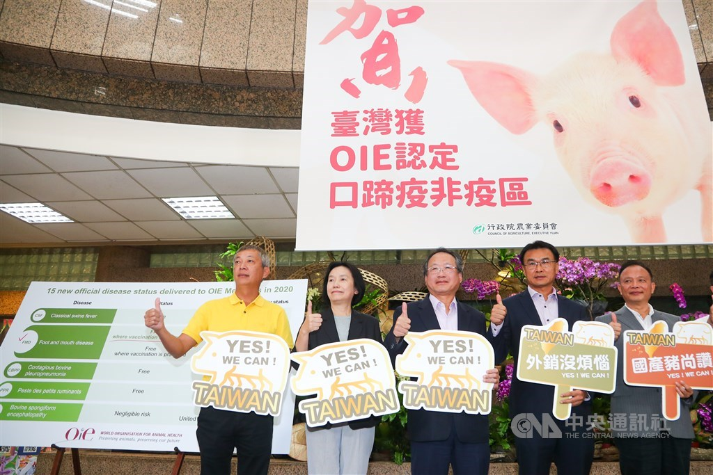 Council of Agriculture Deputy Minister Huang Chin-cheng (center).