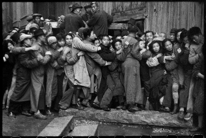 At the end of the day, people wait in line hoping to buy gold. Shanghai, 23 December 1948 / © Fondation Henri Cartier-Bresson / Magnum Photos