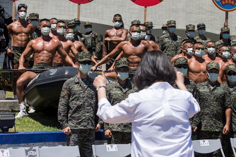 President Tsai Ing-wen (蔡英文, front in white shirt) gives thumbs up to Taiwanese marines / File photo taken from President Tsai