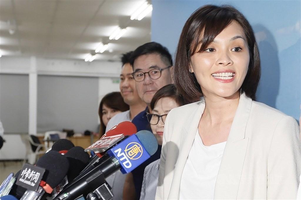 Kaohsiung City Councilor Li Mei-jhen (front)