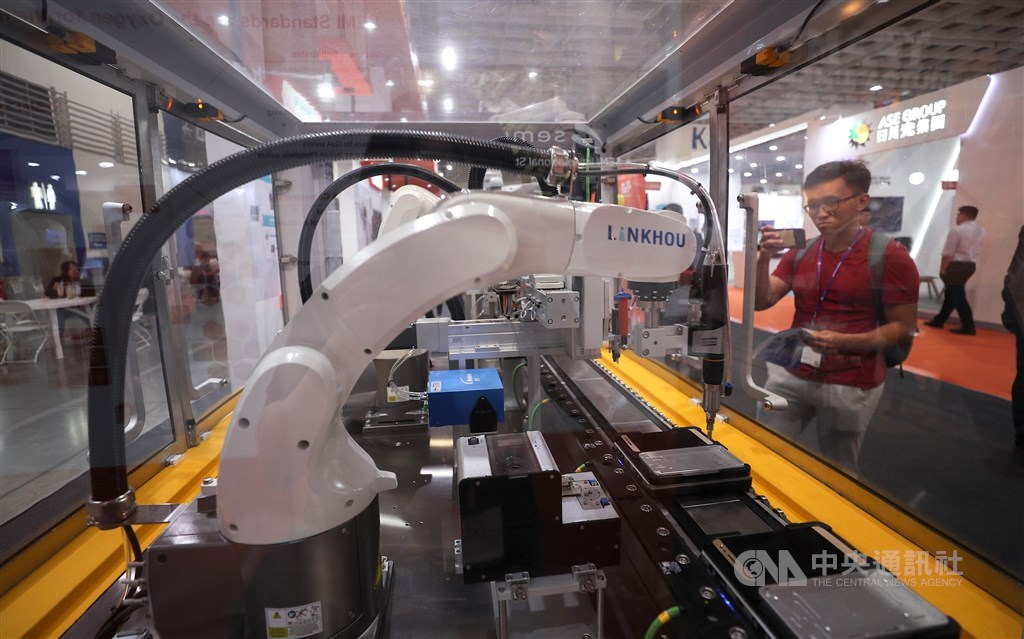 A visitor to a 2019 semiconductor trade fair in Taipei looks at equipment on display. / CNA file photo
