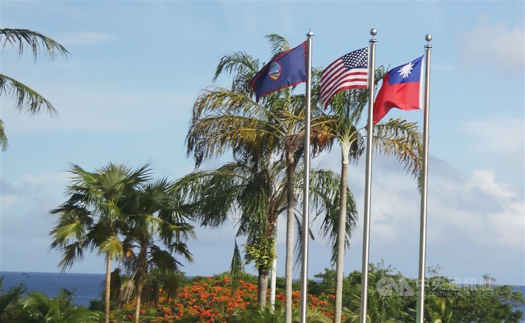 Flags of the ROC (Taiwan), United States and Guam flown together in Guam in 2017. President Tsai Ing-wen made a transit stop in Guam on Nov. 3, 2017, on her way back to Taiwan after visiting three Pacific island allies. (CNA file photo)