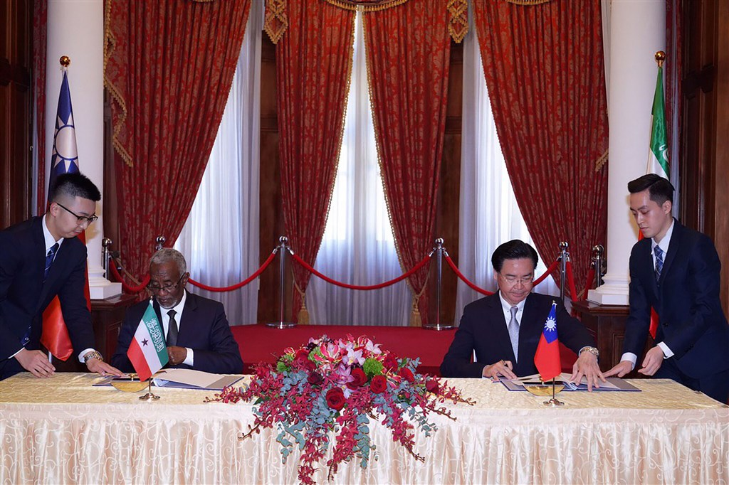 Foreign Minister Joseph Wu (center right) and his counterpart from Somaliland, Yasin Hagi Mohamoud (center left) sign an agreement for setting up representative offices in the two countries in Taipei in February. / File photo courtesy of the Ministry of Foreign Affairs