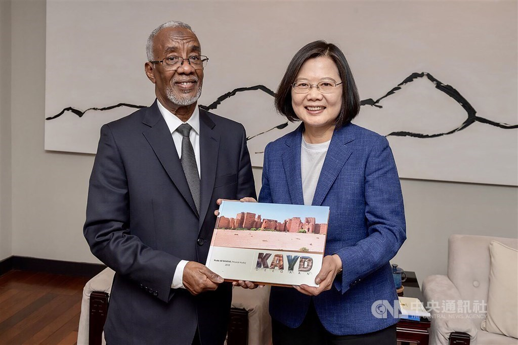President Tsai Ing-wen (蔡英文, right) and minister of foreign affairs and international cooperation Yasin Hagi Mohamoud Hiir / File photo courtesy of MOFA