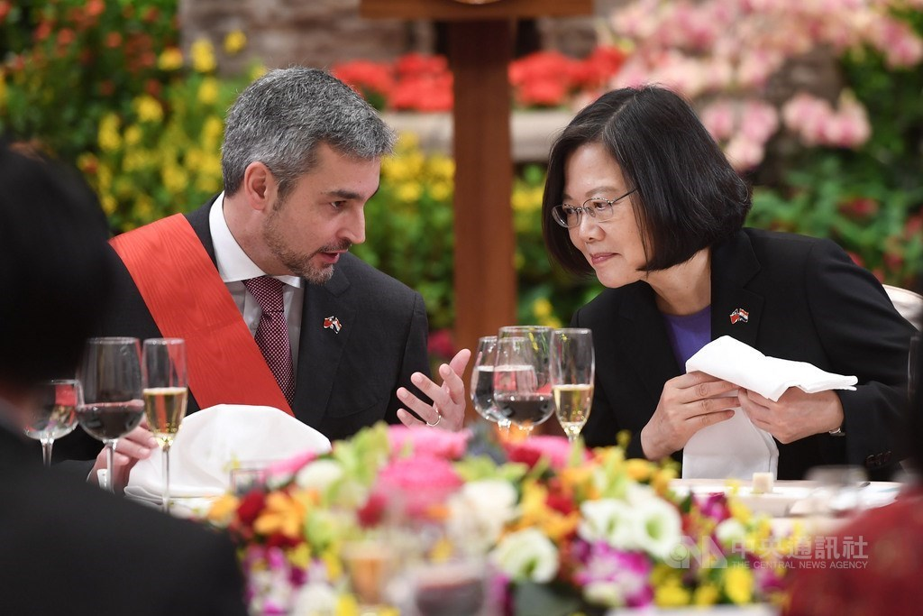 Paraguayan President Mario Abdo Benitez (left) and President Tsai Ing-wen at a banquet during his visit to Taiwan in October 2018. CNA file photo