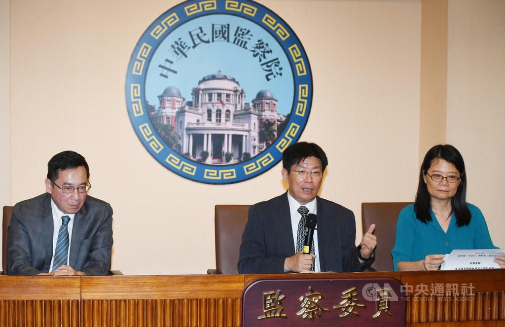 Control Yuan members Kao Yung-cheng (center), Wang Mei-yu (right) and Chang Wu-shou.