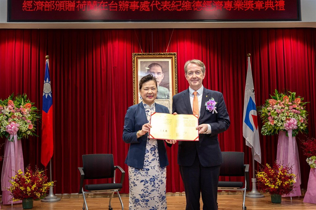 Economics Minister Wang Mei-hua (left) and Netherlands representative Guy Wittich (Photo from the Facebook page of the Netherlands Office Taipei)