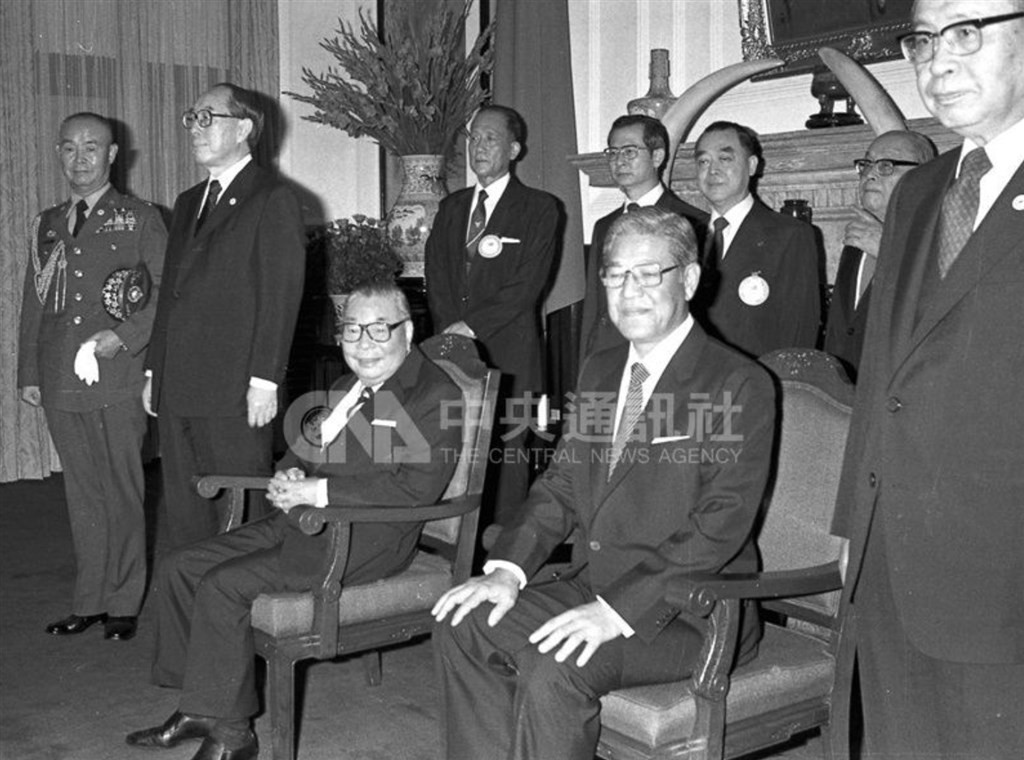 Late President Chiang Ching-kuo (sitting, left) and then Vice President Lee Tseng-hui (sitting, right) greet foreign dignitaries after being elected to lead the country in 1984.