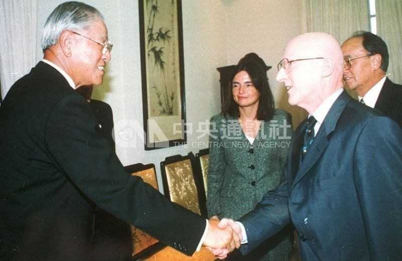 Late President Lee Teng-hui (left) greets Deutsche Welle