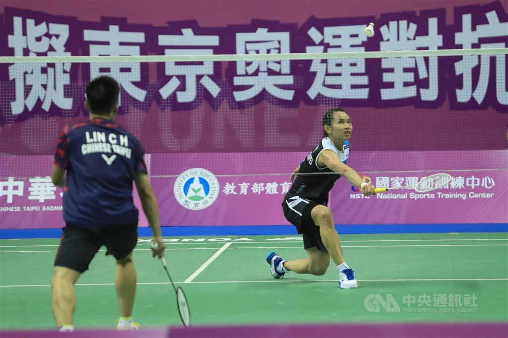 Tai Tzu-ying (right) plays against Lin Chia-hsuan. CNA photo Aug. 2, 2020