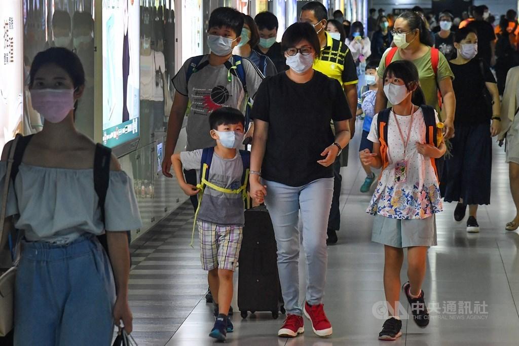 People wearing masks at Taipei Main Station/ CNA file photo