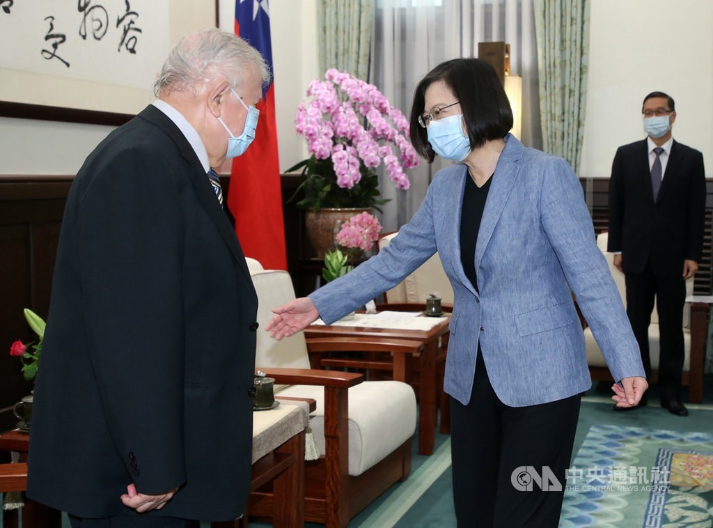 President Tsai Ing-wen (蔡英文, right) meet with outgoing Nicaraguan Ambassador William Manuel Tapia Aleman at the Presidential Office in Taipei on Thursday / CNA photo Aug. 6, 2020