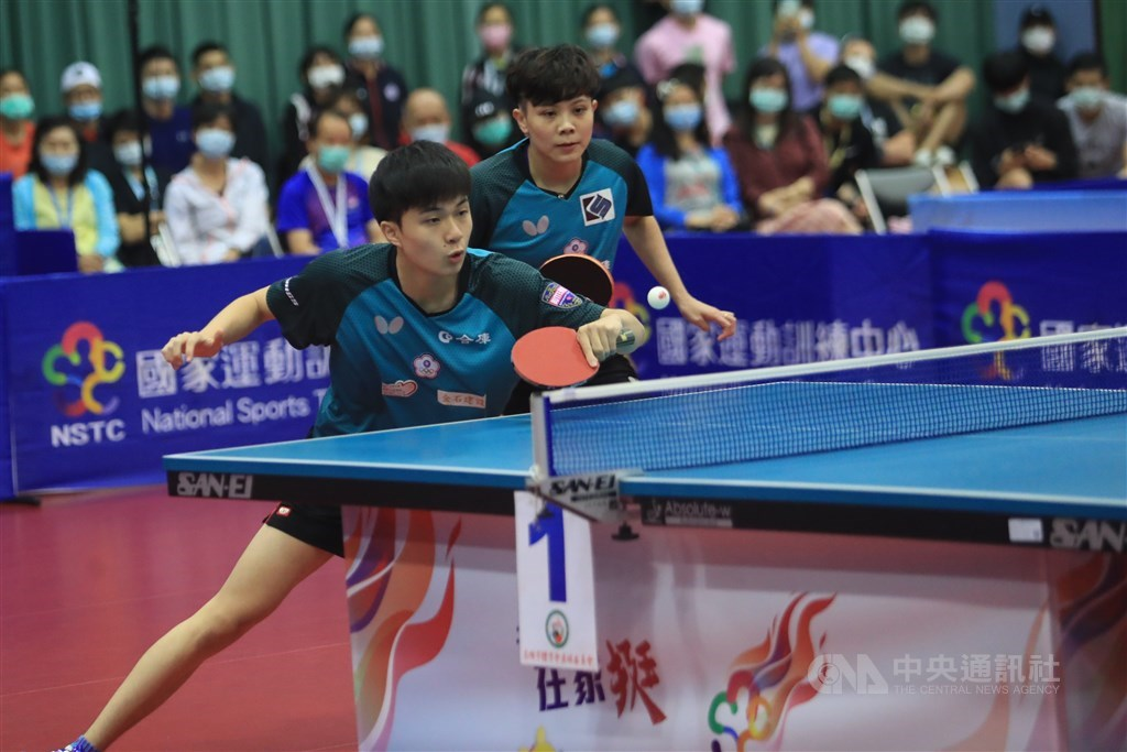Lin Yun-ju (front) and Cheng I-ching. CNA photo Aug. 5, 2020