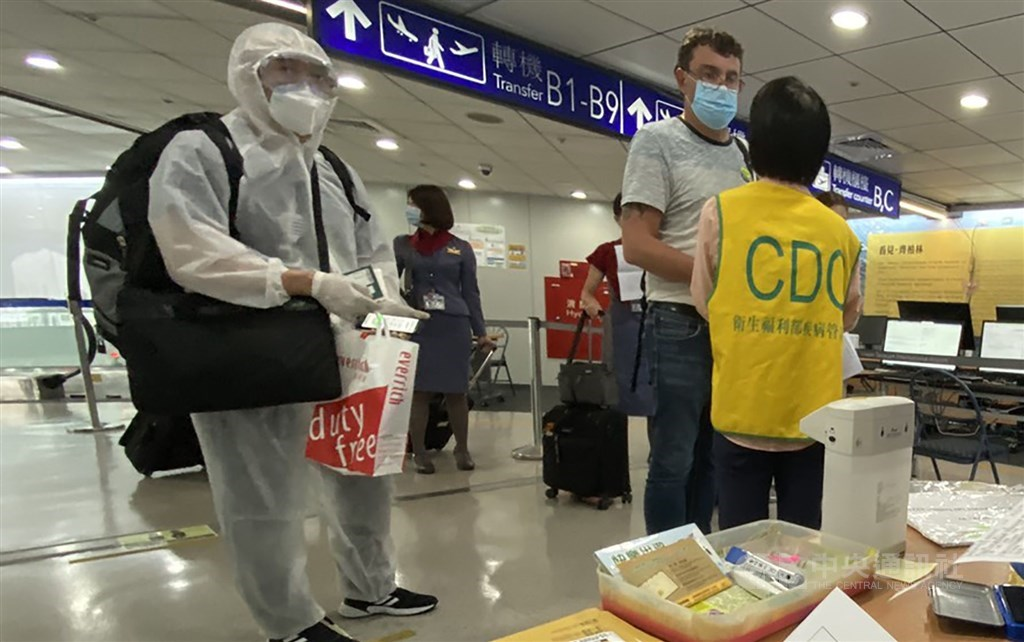 A CDC worker screens passengers arriving at Taiwan Taoyuan International Airport on July 26, when authorities began test all arrivals from the Philippines. CNA photo July 26, 2020