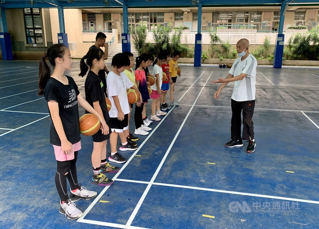 Lo Yu-piao (right) teaches students at Yonghe Elementary School/ CNA photo Aug. 9, 2020