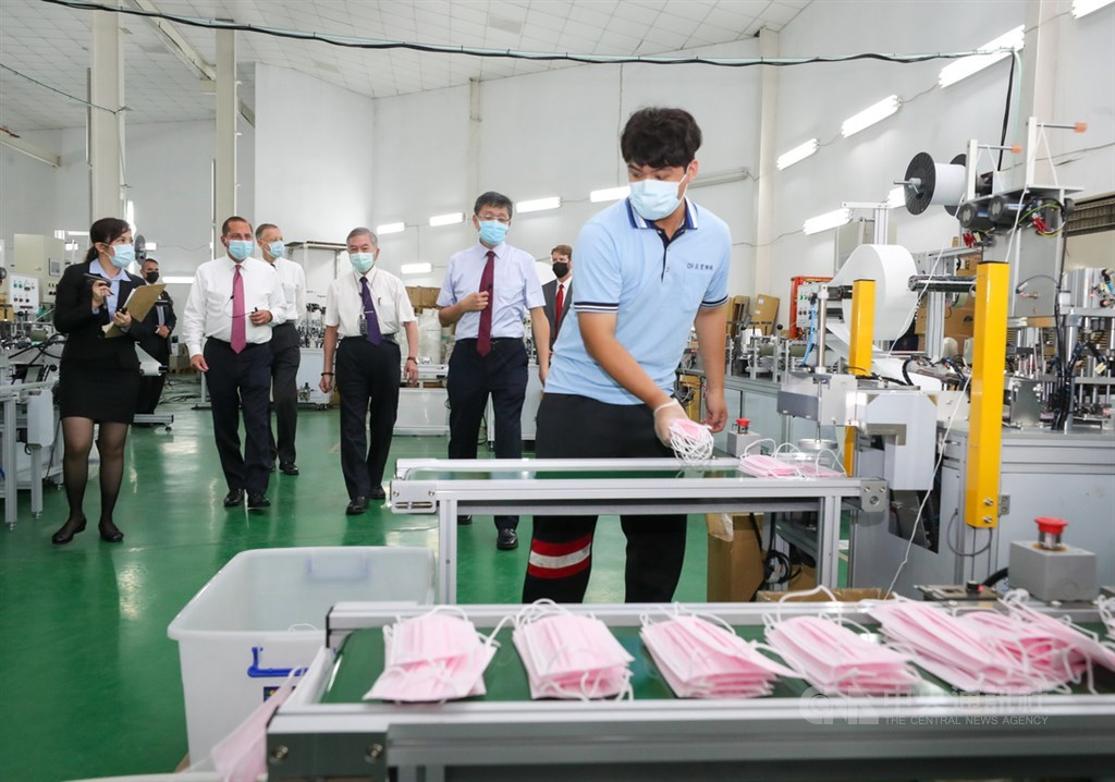 Alex Azar (second from left) visits Chang Hong Machinery Co./ CNA photo Aug. 12, 2020