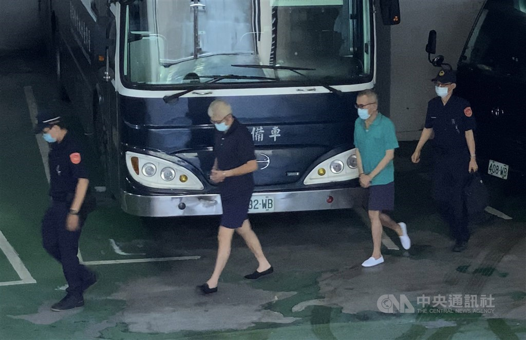 Two of the indicted aides arrive at the Taipei District Court. CNA photo Aug. 13, 2020