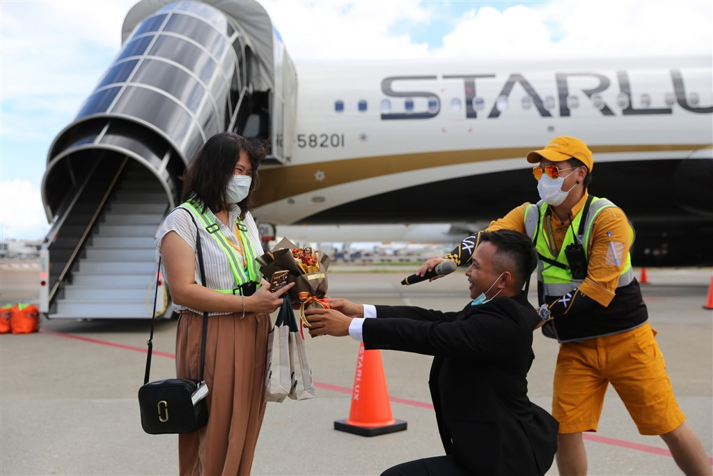 A passenger proposes before one of the StarLux flights. Photo courtesy of StarLux